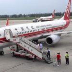 سقوط مهماندار زن از پلکان هواپیما در چین!