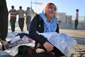 تصاویر غمانگیز از عزاداری بازماندگان زلزله برای قربانیان در کرمانشاه!