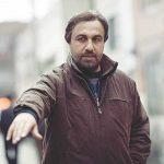 رضا عطاران با کت و شلوار و کراوات در ارمنستان