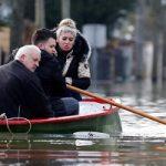 طغیان رودخانه سن و رفت و آمد با قایق در پاریس