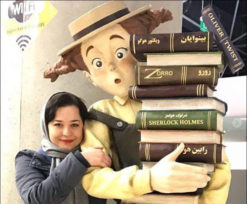 ژست های مهراوه شریفی نیا در کنار شخصیت های کارتونی