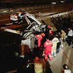 دو مرد جوان به طرز خطرناکی در یک تصادف محبوس شدند