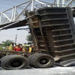 تصادف عجیب کامیون با پل عابر پیاده در شهرک مسعودیه