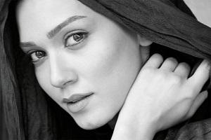تیپ متفاوت خانم بازیگر ایرانی در ماشین پلیس