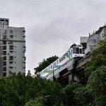 تصاویر جالب و دیدنی از عبور قطار از داخل یک ساختمان