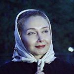 کتایون ریاحی در حال دعا کردن در حرم امام رضا