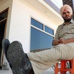 تصاویری جالب از قد بلندترین افسر پلیس جهان