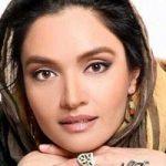 دوچرخه سواری میترا حجار بازیگر زن در حیاط خانه اش