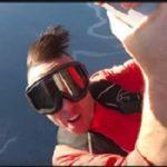 مرگ دلخراش خواننده کانادایی با سقوط از بال هواپیما!!