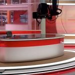 تصاویری از حرکات غیرمنتظره پسر مجری زن در برنامه زنده!!