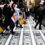 تصاویری از سوزاندن دلار در حاشیه راهپیمایی ۱۳ آبان تهران!