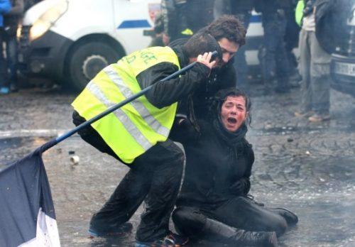 تصاویری از درگیری های شدید پلیس و معترضان زردپوش در فرانسه!