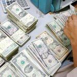 هجوم مردم برای جمع کردن دلارها در بزرگراهی در آمریکا!!