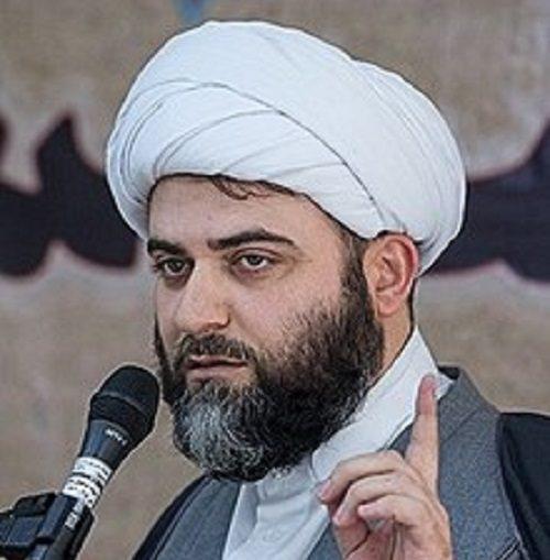 حجت الاسلام قمی بچه بغل در بین مردم نمازگزار تهران