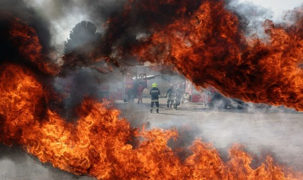 زنان آتش نشان در مانور طرح اضطراری در فرودگاه مشهد
