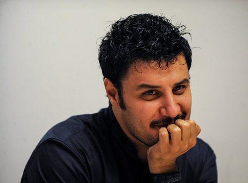 جواد عزتی با لباس زندانی در نمایش زندانی خیابان دوم
