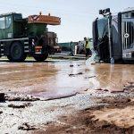 تصاویری از واژگونی تانکر ۱۸ هزار کیلویی شکلات مایع در خیابان!!