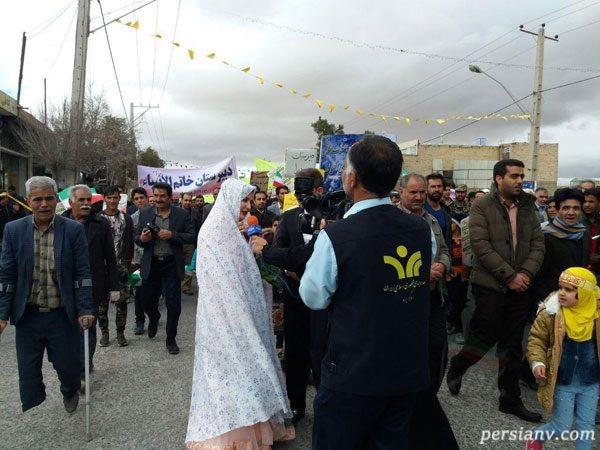 عروس و داماد در راهپیمایی