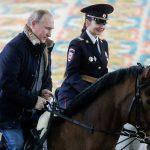 تصاویری از اسب سواری پوتین با زنان پلیس را ببینید!