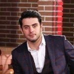 شلوار عجیب علی ضیا مجری تلویزیونی
