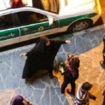 ماجرای حمله یک زن به پلیس و نابود کردن خودروی مامورین با سلاحی عجیب !!