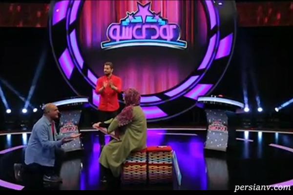 زانو زدن بازیگر سریال لیسانسه ها مقابل همسرش در برنامه تلویزیونی!