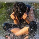 آب بازی مردم گرمادیده در بوستان آب و آتش تهران