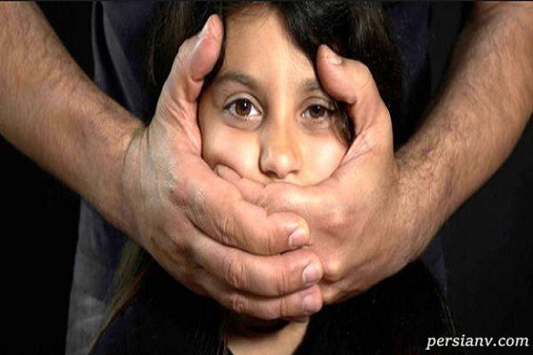 لحظه ربوده شدن دختربچه ۷ ساله با سهل انگاری والدین در مرکز خرید!!