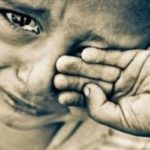 برخورد عجیب و وحشیانه مامور شهرداری آبدان با کودک دستفروش!!