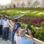 گل آرایی حرم امام رضا (ع) با گل های طبیعی در آستانه میلادش