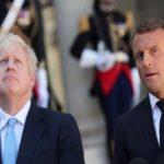 جانسون نخست وزیر انگلیس و سوژه شدن اقدام عجیبش هنگام مواجهه با مکرون!!