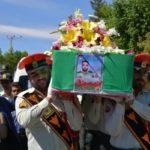 شهید مدافع وطن مهدی جمشیدی و گریه جانسوز فرزندش سر مزار پدر!
