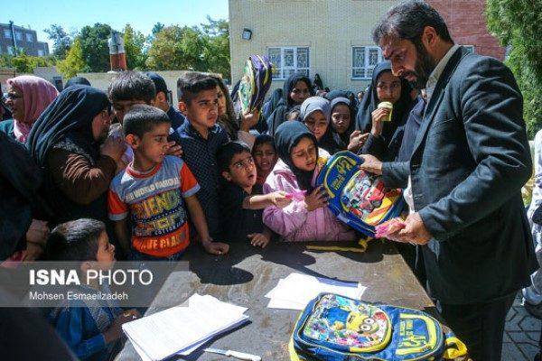 اهدای لوازم التحریر به دانش آموزان مناطق محروم مشهد