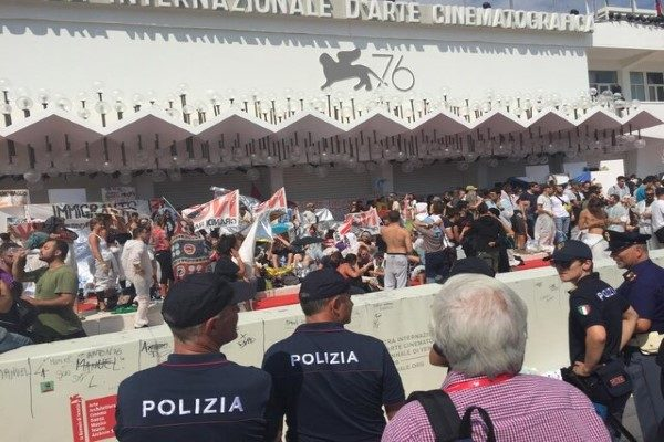 فرش قرمز جشنواره ونیز ۲۰۱۹ و هجوم معترضان به آن!!