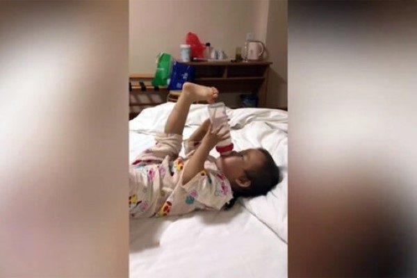 شیر خوردن دختربچه چینی با ژست خاص که در جهان معروف شد!!
