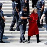 دستگیری جین فوندا ستاره معروف هالیوود جلوی ساختمان کنگره آمریکا