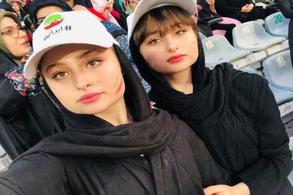 حضور سارا و نیکا دوقلوهای سریال پایتخت در ورزشگاه آزادی!