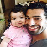 محمد صلاح فوتبالیست معروف با پوشش عجیب و غریب در جشن تولد دخترش!!