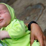 رها شدن نوزاد بدون چشم خندان در خیابان