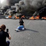 سوژه های عجیب از تظاهرات در کشور لبنان   از سلفی با قلیان تا عکس های عاشقانه !!!