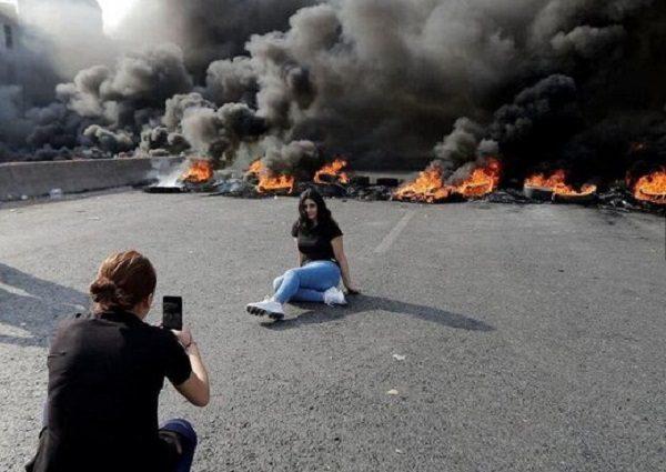 سوژه های عجیب از تظاهرات در کشور لبنان | از سلفی با قلیان تا عکس های عاشقانه !!!
