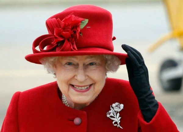 اسب سواری ملکه انگلیس با روسری در ۹۳ سالگی!!