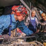 تصاویر جالب از دو دختر مکانیک ایرانی که ماشین تعمیر میکنند!!