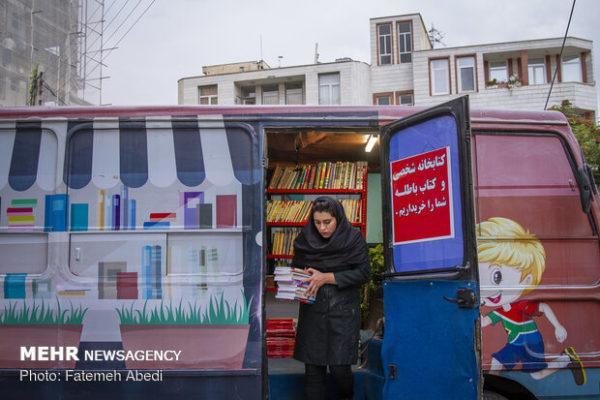 کتابفروشی سیار و هدهد وار دختر اراکی در خیابان