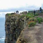 سلفی مرگبار زن گردشگر روی یک صخره بلند در ساحل