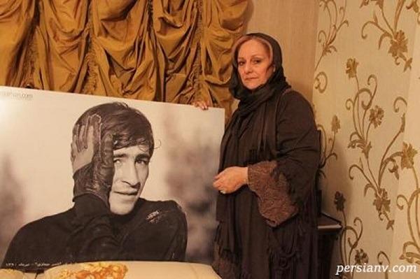 همسر و دختر ناصر حجازی با مجسمه او عکس یادگاری انداختند
