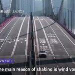 رقص پل روگذر با وزش باد شدید باعث وحشت رانندگان شد