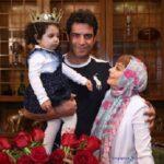 یکتا ناصر و همسر کارگردانش و دخترشان با ست قرمز در رستوران