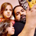 همخوانی رضا صادقی و دخترش تیارا در منزلشان