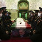 آخرین وداع خانواده شهید محسن فخری زاده بر سر مزار وی